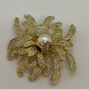 Gold tone brooch pearl & clear white rhinestones
